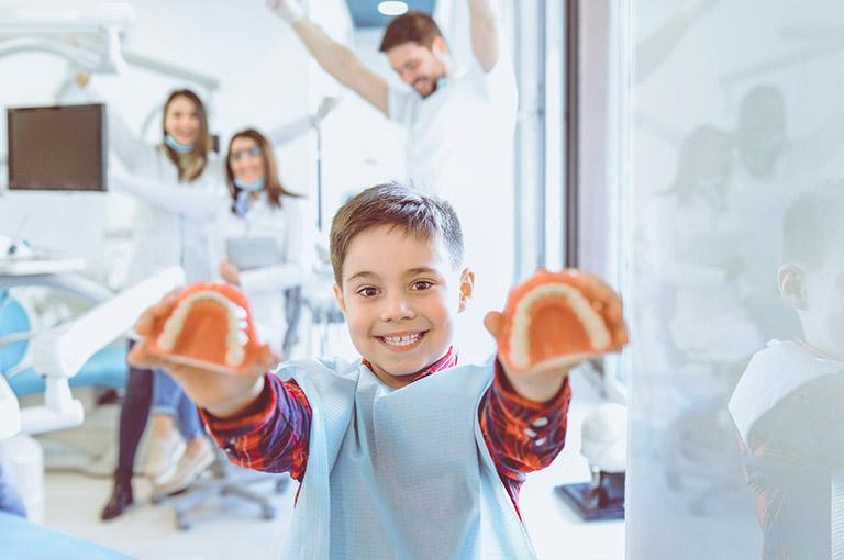Dziecko trzymające szczękę